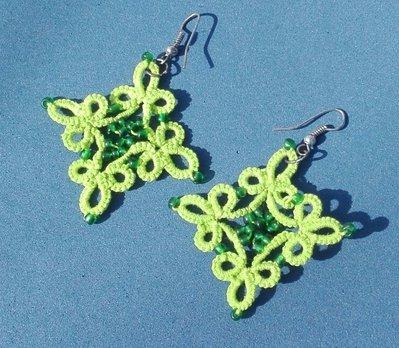 orecchini in puro cotone color verde pisello con perline in tinta lavorati a chiacchierino