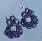 orecchini eseguiti a chiacchierino in cotone blu con perline in tinta