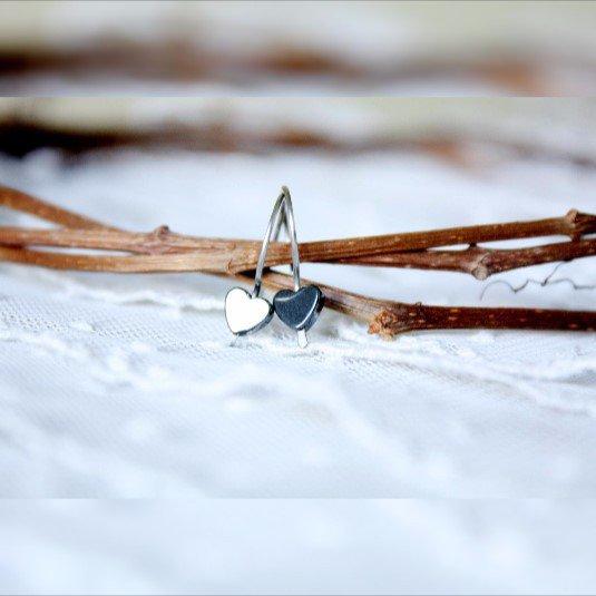 Minimal orecchini ematite, piccoli cuori inox