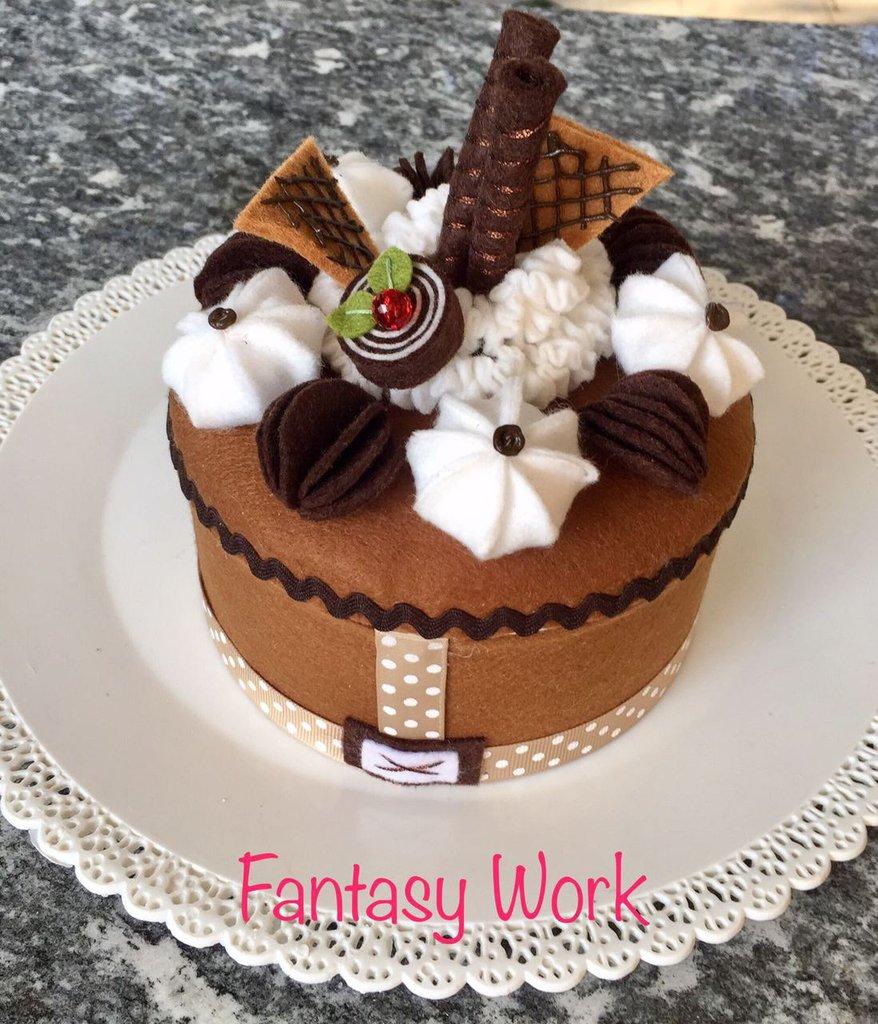 Scatola rivestita in feltro cioccolato con meringhe e riccioli di panna