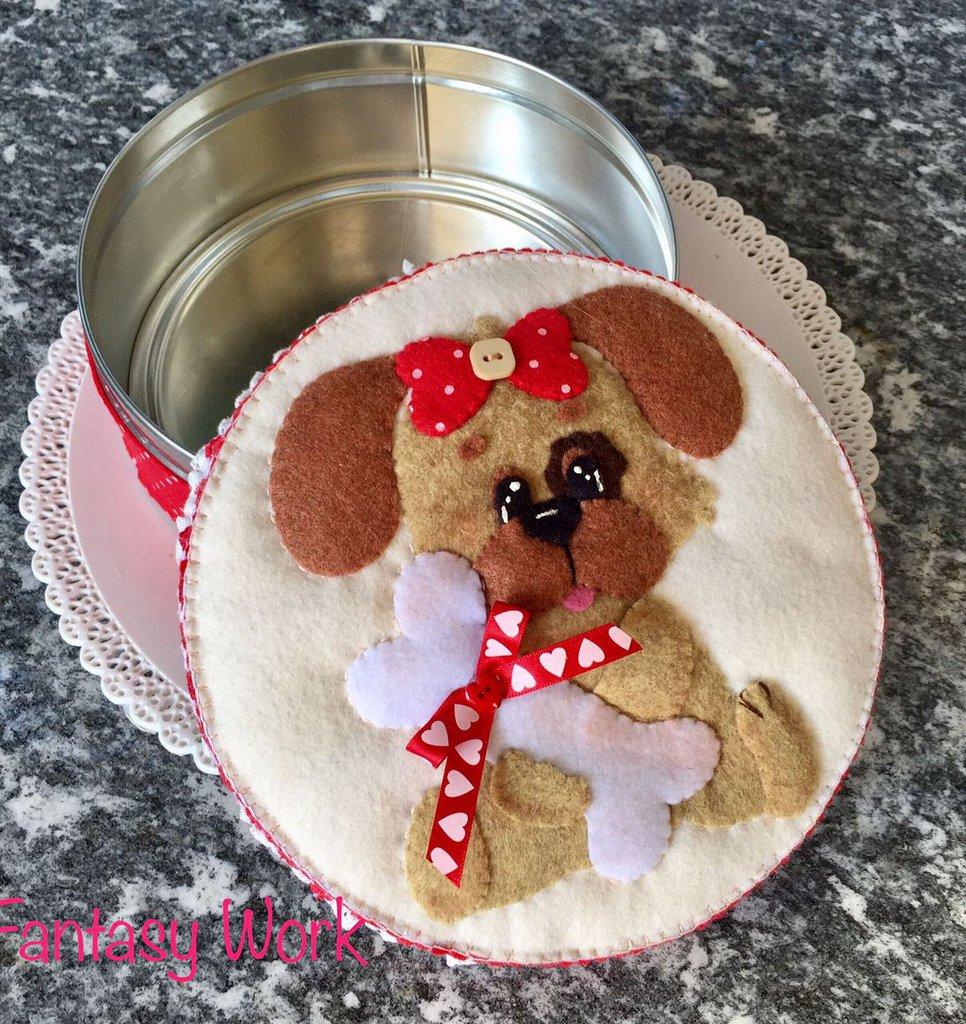 Scatola di latta rivestita di feltro con cagnolina