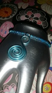 Bracciale azzurro con perline