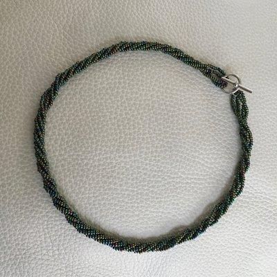 Collana/collier con perline metallizzate verde/blu e chiusura a T - s008