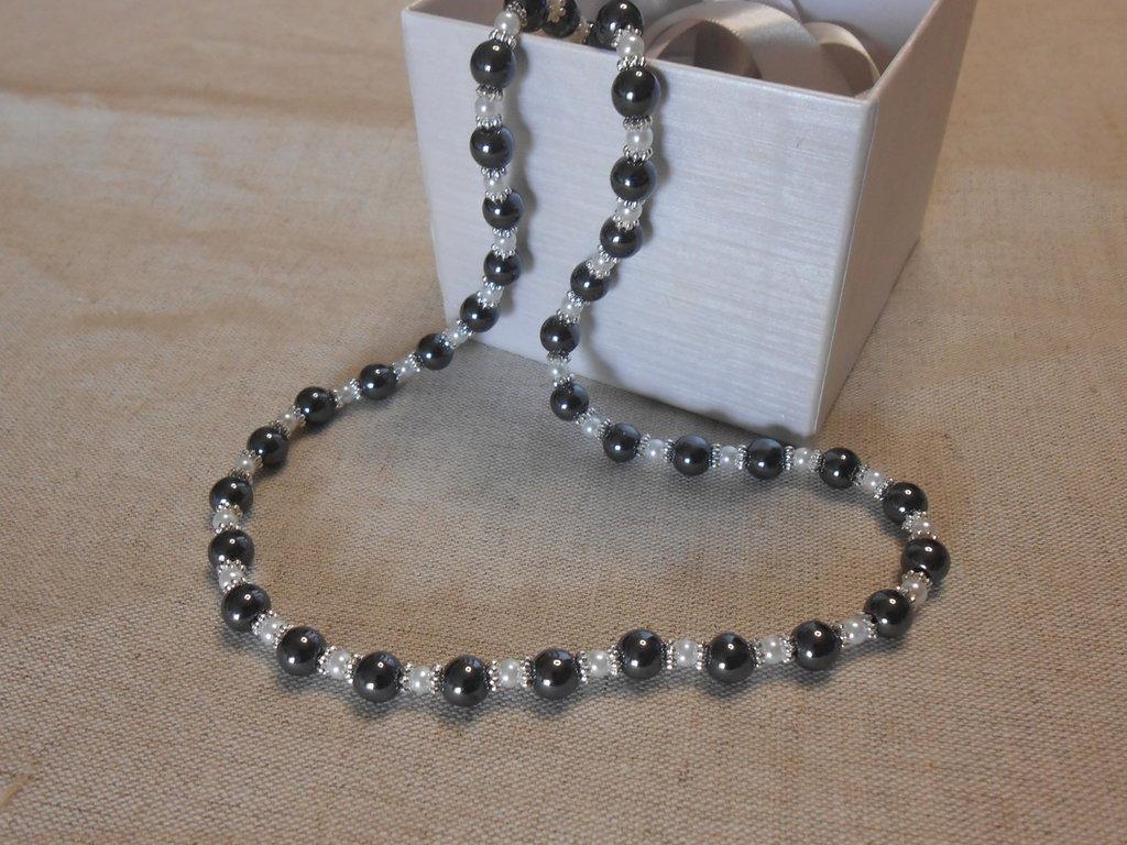Collana corta con ematite e perle, idea regalo.