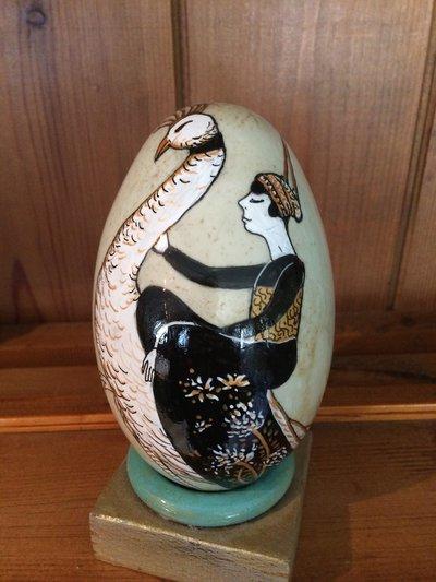 Uova di cigno nero dipinto a mano