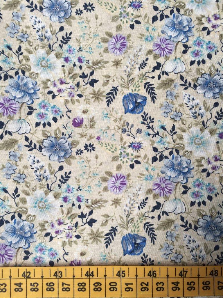 TESSUTI AMERICANI PER REALIZZAZIONI PATCHWORK - fiorellini azzurri, lilla e bianchi  (8)