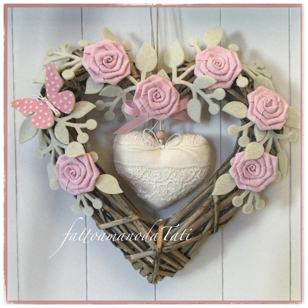 INSERZIONE RISERVATA PER NOEMI Cuore/fiocco nascita in vimini naturale con roselline rosa e cuore di lino con pizzo