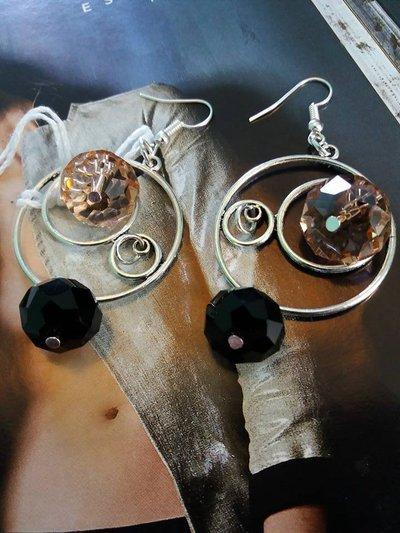 orecchini cerchio con lavori in metallo