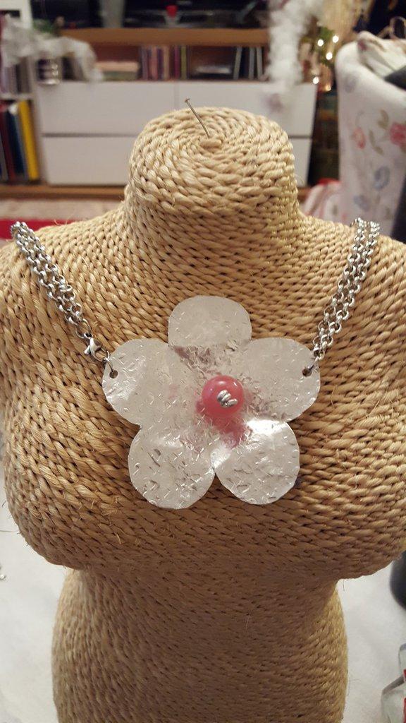 Collana girocollo con catena in alluminio, fiore in alluminio tagliato e battuto a mano e perla polaris