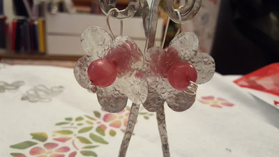 Orecchini in alluminio tagliato e battuto a mano con perla polaris