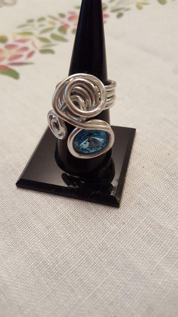 Anello regolabile in alluminio battuto con rivoli Swarovski
