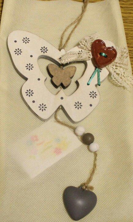 Farfalle e fiori e cuori di legno