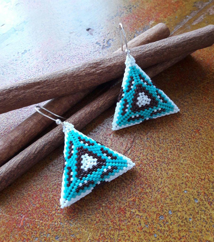 Orecchini triangolo, turchese, marrone, bianco, etnici, geometrici, tessitura di perline, peyote, idea regalo per lei