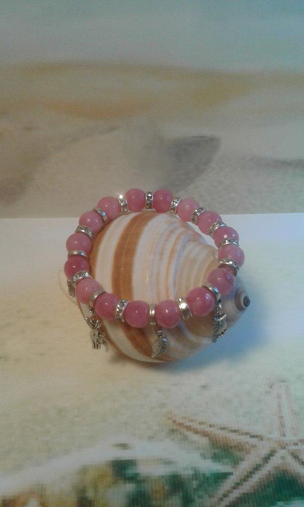 Bracciale elastico con pietre color rosa e ciondoli