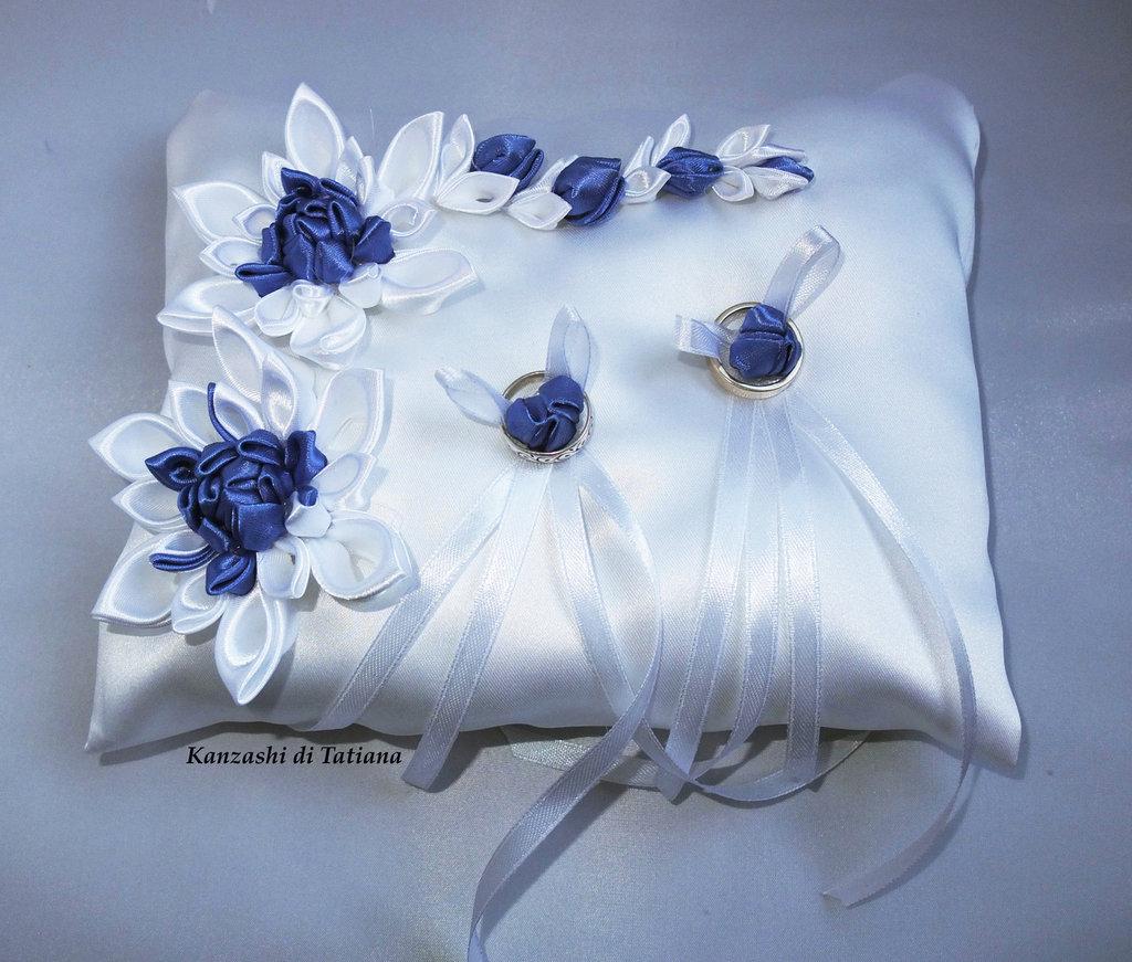 Cuscino Portafedi Bianco E Blu.Cuscino Portafedi Con Fiori Kanzashi Colore Bianco E Blu