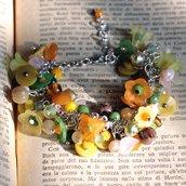 Bracciale romantico con fiorellini vintage in lucite gialli e verdi