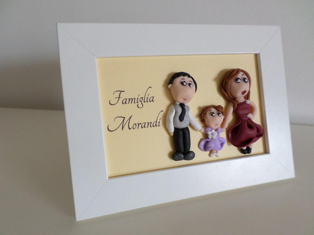 Cornice 10x15 quadretto con ritratto di famiglia - papà, mamma e figlia - in fimo tridimensionale e stampa cognome su cartoncino - bianca, rossa o nera