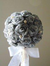 Alberello di rose grigie e perle