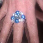 Anello con perle blu e bianche