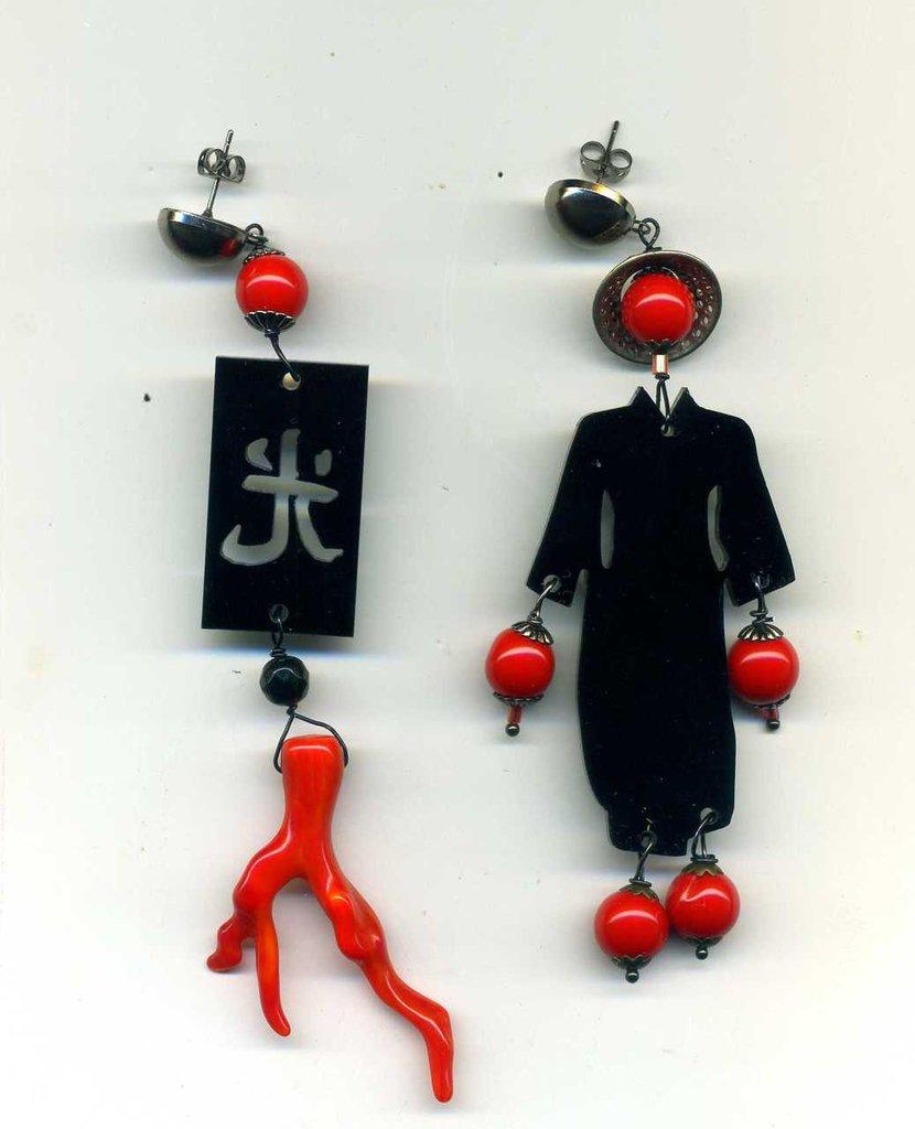 Orecchini pendenti con cinesino in plexiglas nero e rosso