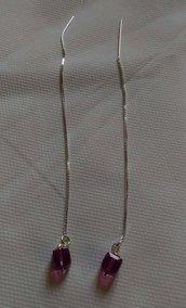 Orecchini in argento 925 a filo e cubo fucsia swarovski