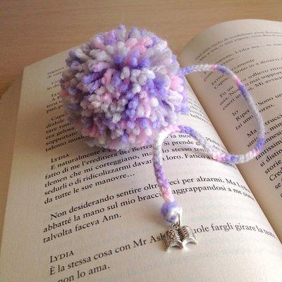 Segnalibro con pompon nelle sfumature del lilla fatto a mano