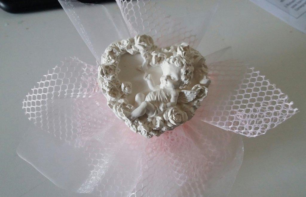 Bomboniera cuore con angelo in gesso ceramico profumato su velo rete