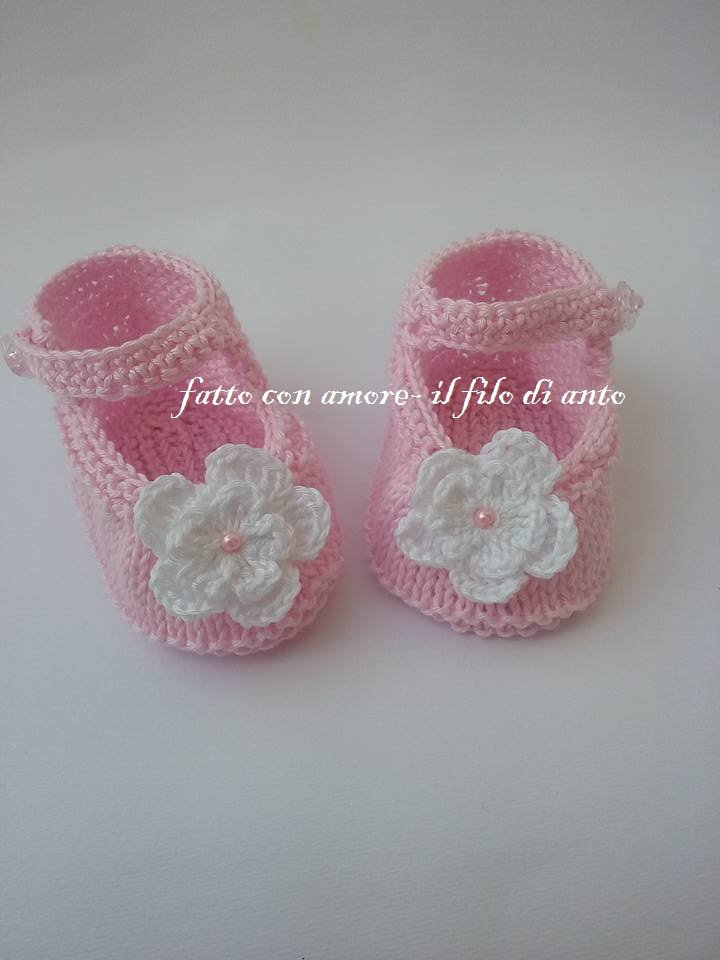 Scarpine  bambolina rosa con fiore bianco fatte a maglia