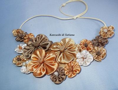 """Collana kanzashi fatta a mano """" Tanti fiori colore beige,dorato"""""""