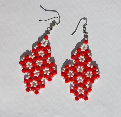 Orecchini con mezzi cristalli rossi e perline bianche
