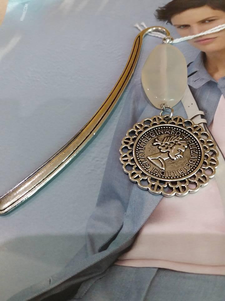 segnalibro donna con medaglia