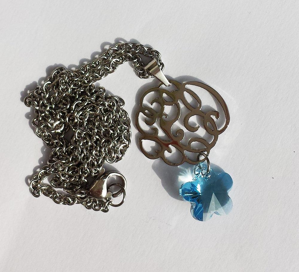Pendente con Swarovski flower acquamarina, charm decorato e catenina in acciaio