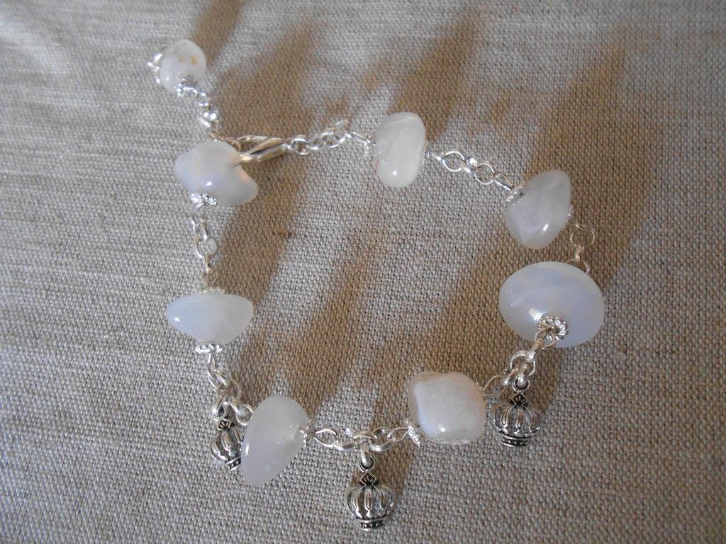 Bracciale con pietre dure bianche e charms , idea regalo.