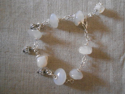 Bracciale con pietre dure bianche e charms idea regalo for Oggetti usati in regalo