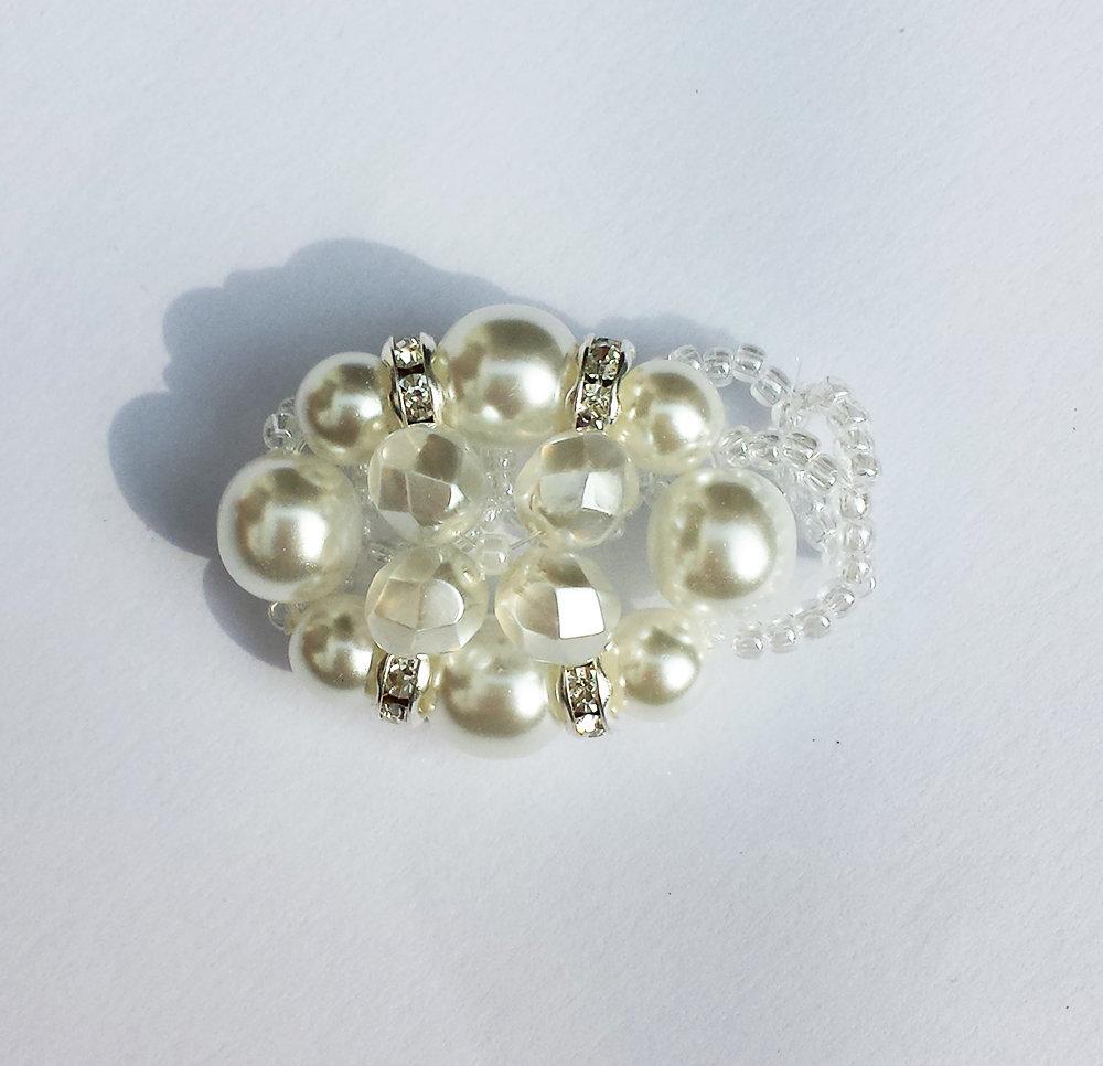 Anello con perle bianche e strass argento