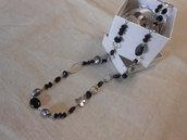 Collana lunga con cristalli e pietre dure nere di varie forme, idea regalo.