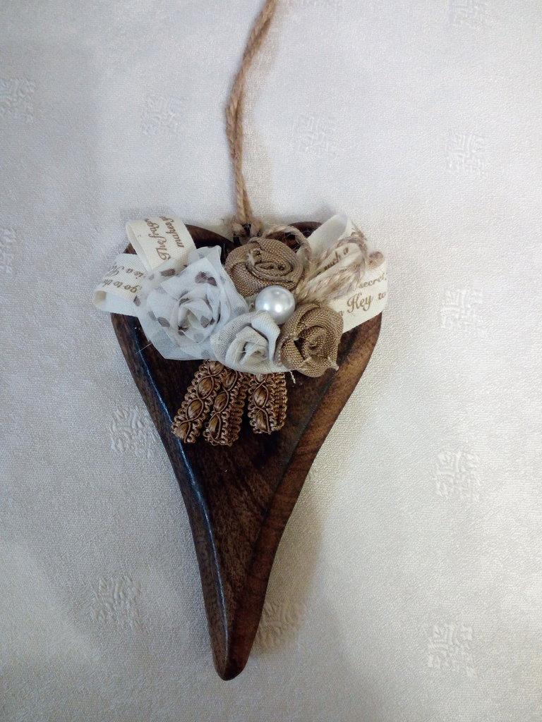 Cuori di legno scuro con roselline di stoffa