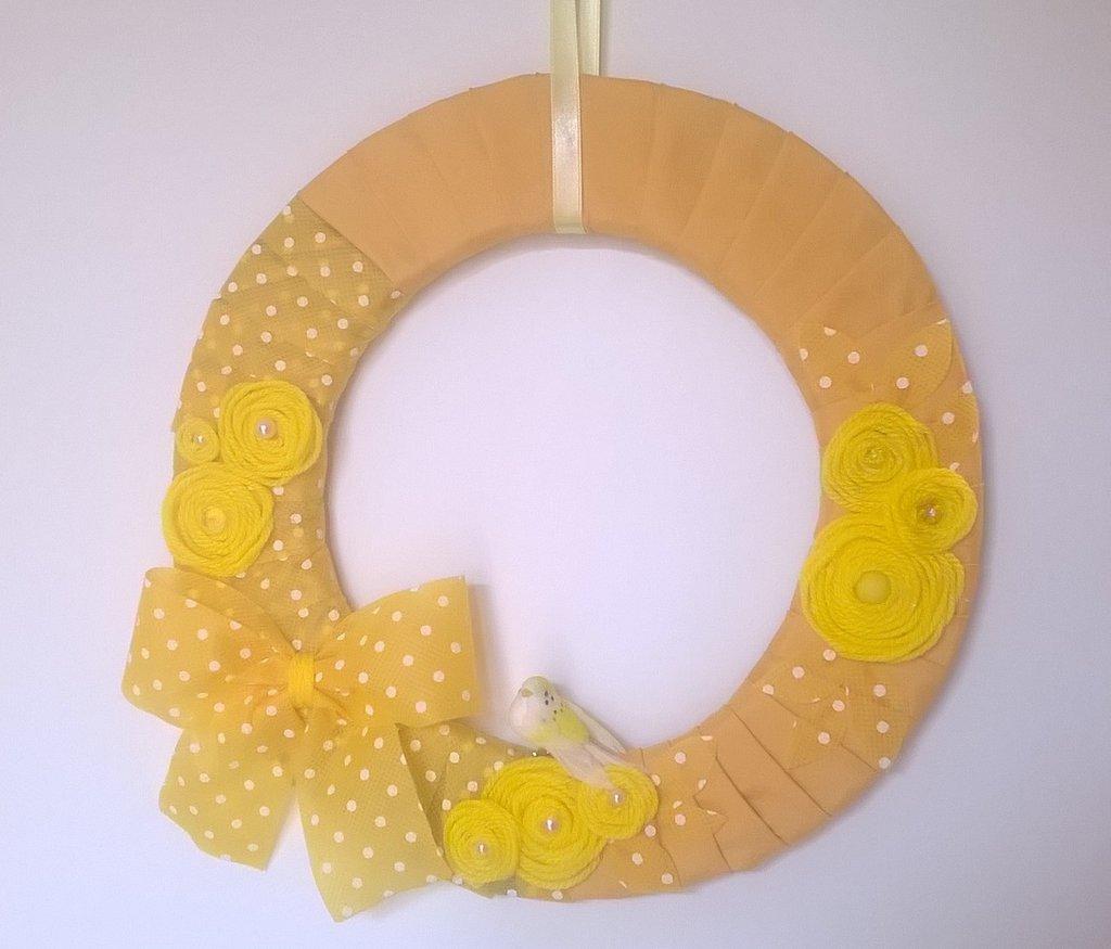 CORONA FUORI PORTA gialla per  PASQUA, ghirlanda gialla a pois con fiori e uccellino