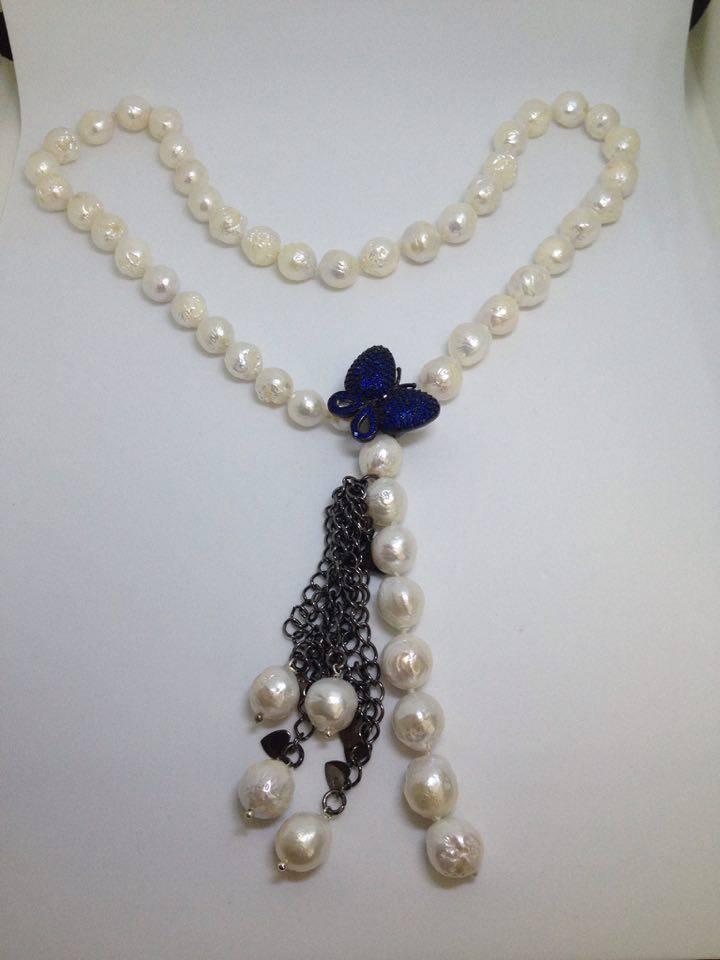 collana con farfalla blu e perle