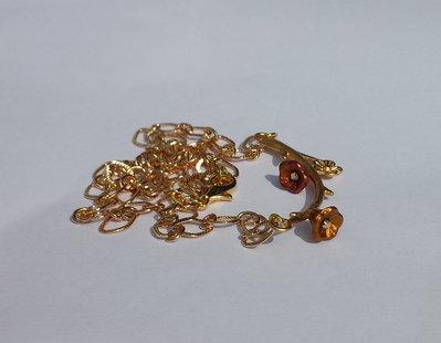 Catenina con ramo dorato e fiori metallizzati