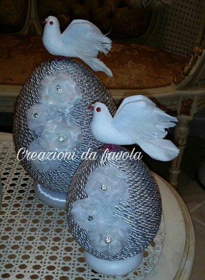Uova di pasqua con colomba bianco e argento elegante
