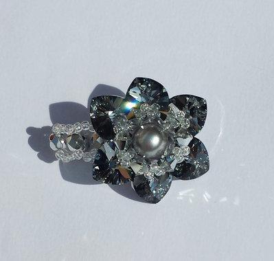 Anello a forma di fiore con cuori color cromo chiaro, perle e mezzi cristalli grigi