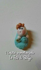 Bomboniera sacchetto confettata con decorazione confetto e Bebe' in porcellana fredda azzurro o rosa