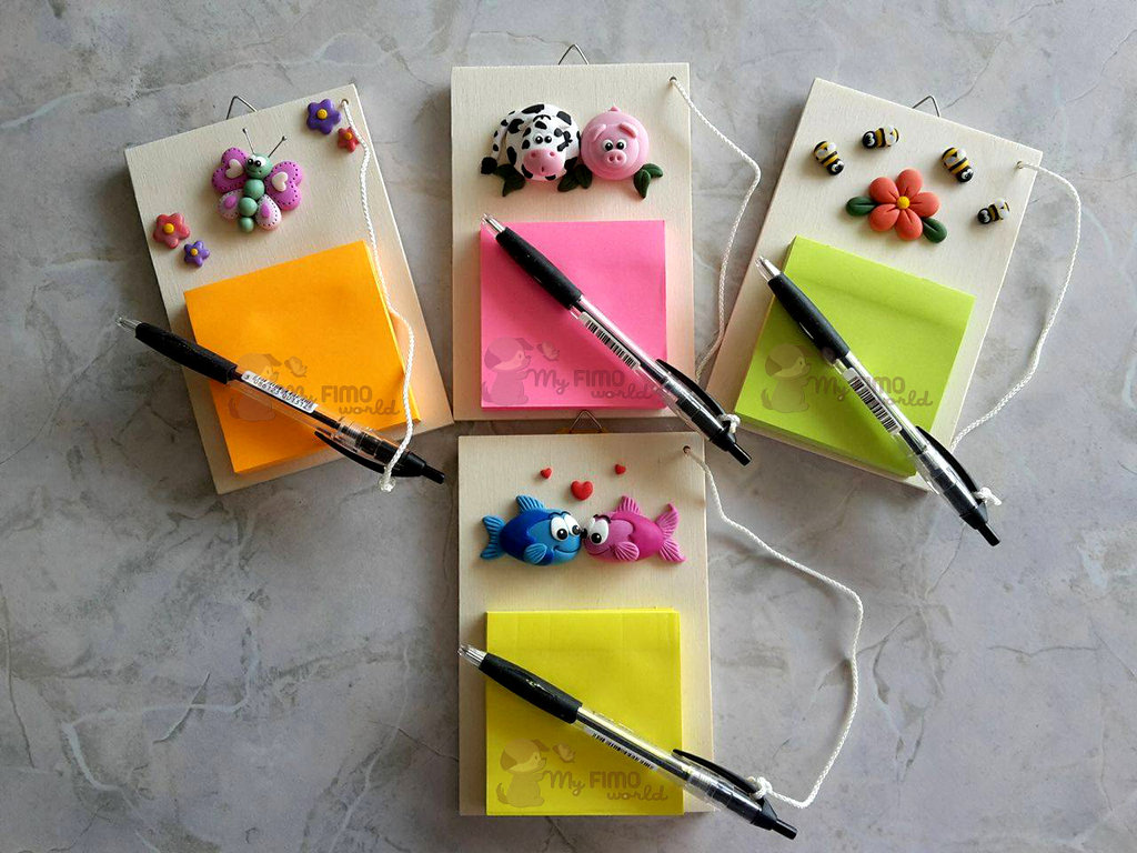 Porta appunti da appendere con penna e animaletti in fimo