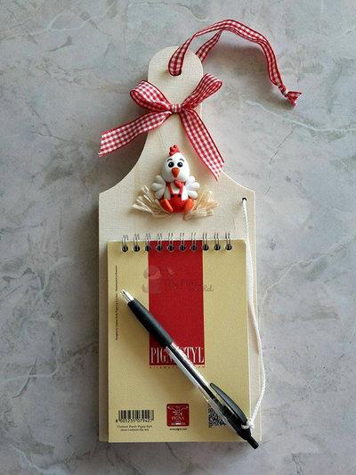 Tagliere in legno da appendere con block notes, penna e galletto in fimo