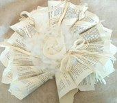 ghirlanda in carta reciclata con fiori in stoffa fatti a mano