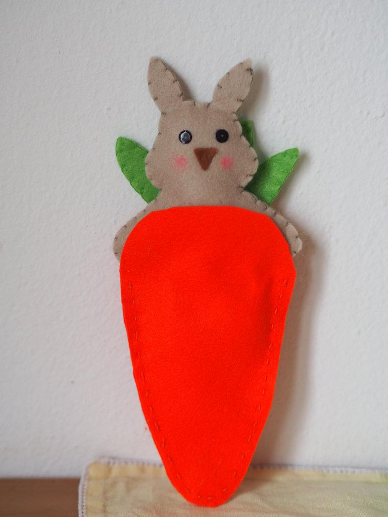 Decorazione di Pasqua.Bomboniera per bimbi o dono per la cameretta.Coniglio in feltro dentro una custodia,una (maxicarota in feltro).