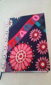Diario personale foderato di tessuto dai colori vivaci e merletto