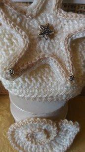 Bomboniera stella marina realizzata e ricamata ad uncinetto utilizzata per chiudere sacchetto porta confetti