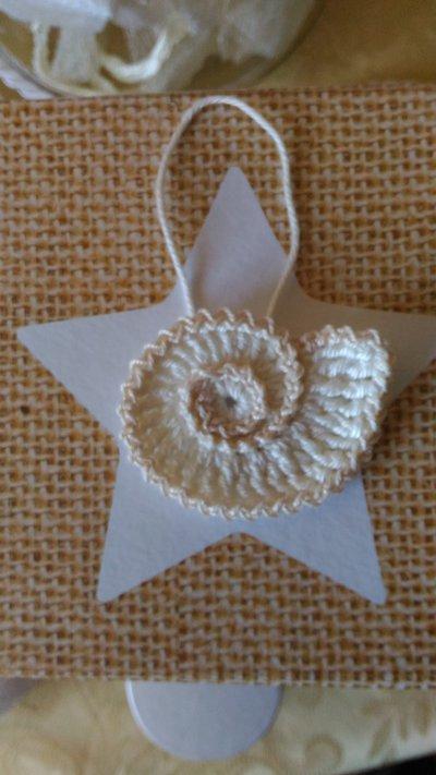 Applicazione conchiglia bianco ed ecru realizzata ad uncinetto con motivo altamente decorativo